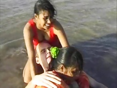 2 Indian girls relative to white guy take beach horseplay blowjob..