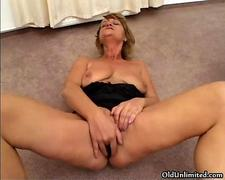 Sexy old slut gets horny dildo fucking
