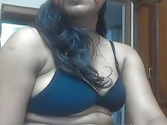 Desi MILF just loves to two shakes of a lamb's tail in excess of webcam